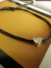 Pulsera corazón perforado con hilo (3)